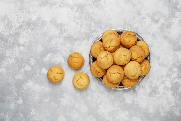 Biscoitos caseiros saudáveis em concreto, vista superior
