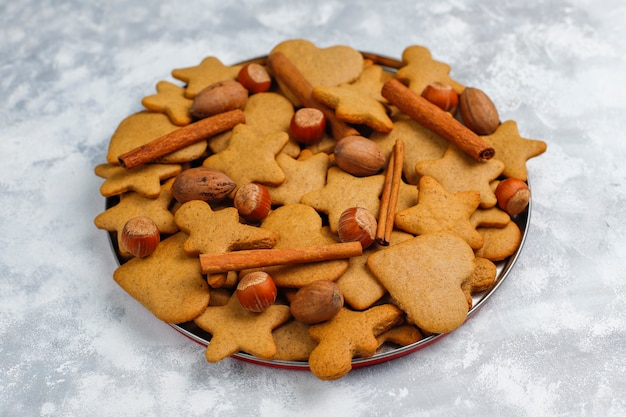 Biscoitos caseiros tradicionais de gengibre em concreto cinza, close-up, natal, vista superior, plana leigos