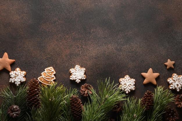 Biscoitos caseiros variados de natal em fundo marrom