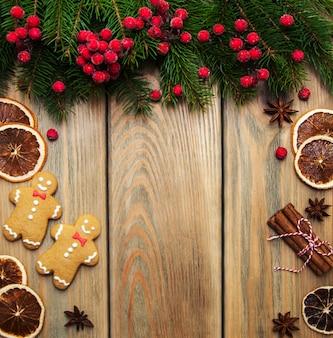 Biscoitos coloridos de gengibre e mel de natal