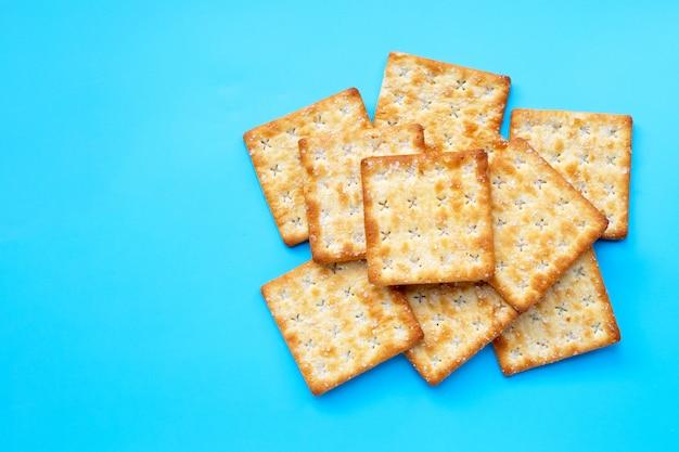 Biscoitos com açúcar na mesa azul.
