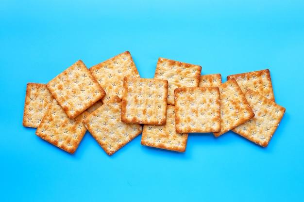 Biscoitos com açúcar sobre fundo azul.