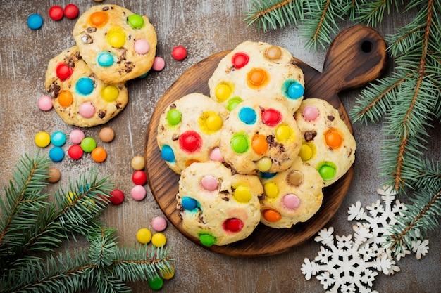 Biscoitos com bombons de chocolate coloridos em cobertura de açúcar