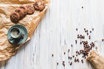 Biscoitos com café e grãos de café