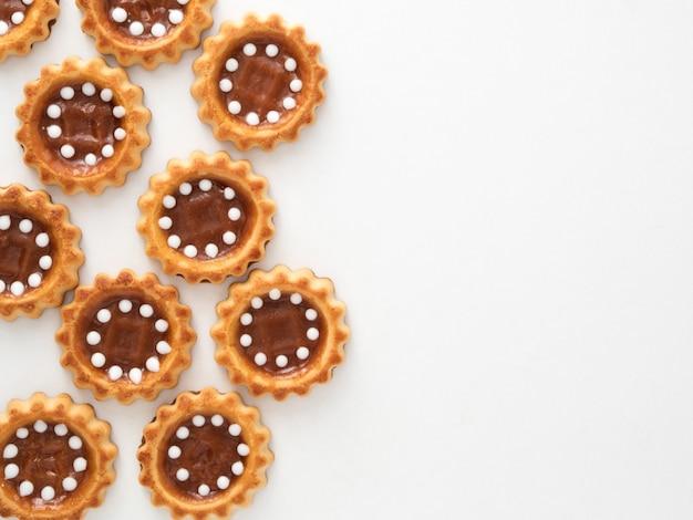 Biscoitos com caramelo no fundo branco vista superior copyspace