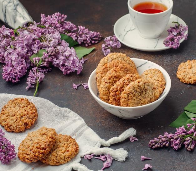 Biscoitos com chá preto em cima da mesa