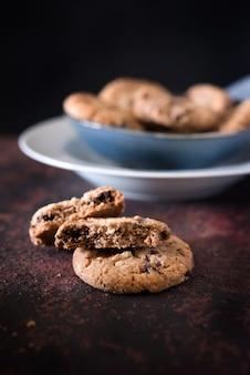 Biscoitos com chocolate e avelãs