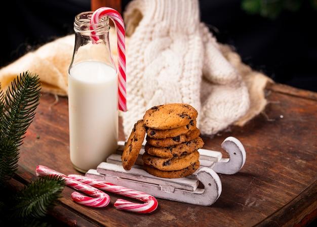 Biscoitos com chocolate e leite