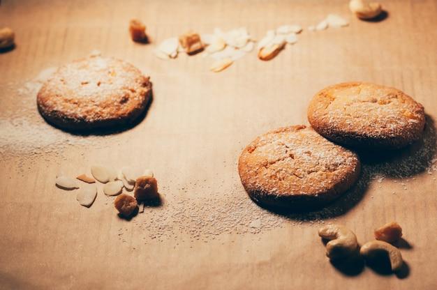 Biscoitos com especiarias e nozes em cima da mesa