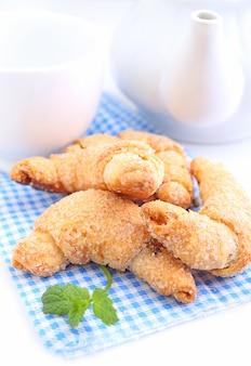 Biscoitos com geléia em um prato branco sobre um fundo branco