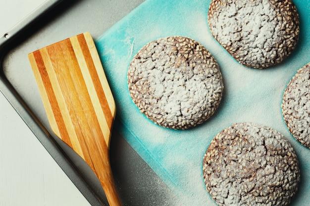 Biscoitos com gergelim na assadeira