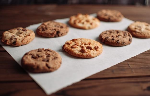 Biscoitos com passas na mesa de madeira