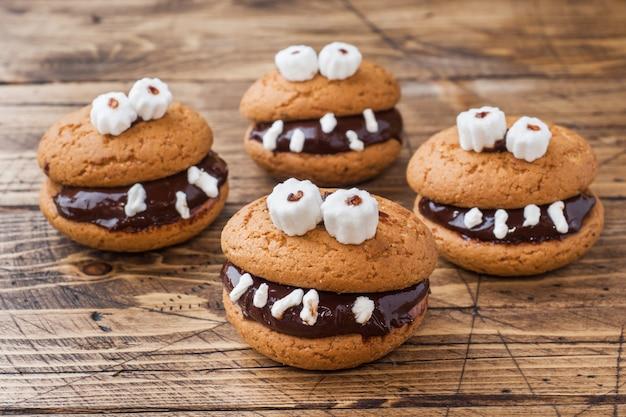 Biscoitos com pasta de chocolate em forma de monstros para o halloween