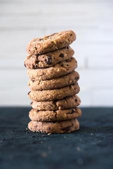 Biscoitos com pedaços de chocolate e avelãs, feitos com farinha de aveia e farinha de trigo.