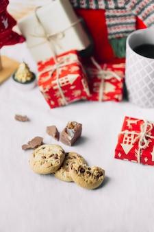 Biscoitos com pequenas caixas de presente na mesa
