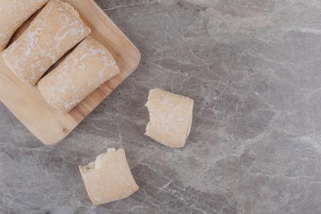 Biscoitos com recheio empacotados em uma placa de mármore