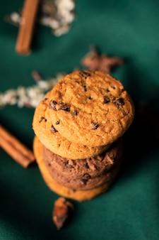 Biscoitos com sabor na mesa para a hora do chá