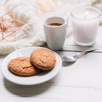 Biscoitos com uma xícara de café na mesa