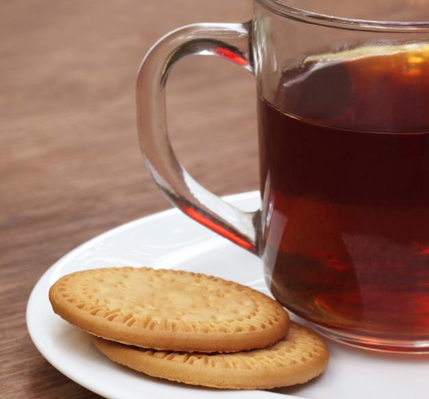 Biscoitos com uma xícara de chá na mesa