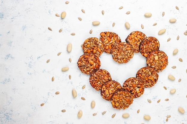 Biscoitos cristalizados de nozes sem glúten com sementes de chocolate, amendoim e girassol, vista superior