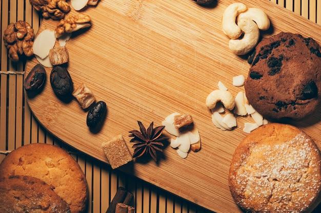 Biscoitos crocantes de chocolate com nozes, lascas de cacau e especiarias na tábua