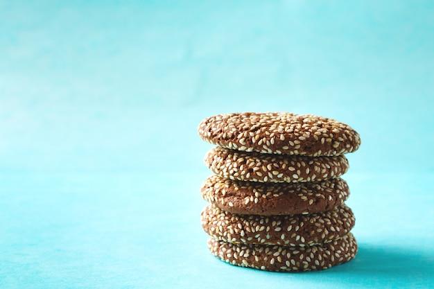 Biscoitos crocantes de chocolate empilhados com gergelim