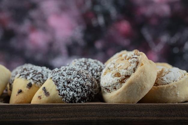 Biscoitos crocantes de manteiga com açúcar em pó em travessa de madeira