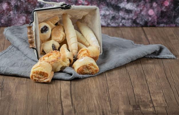 Biscoitos crocantes de manteiga e pain au chocolat em uma bandeja metálica.