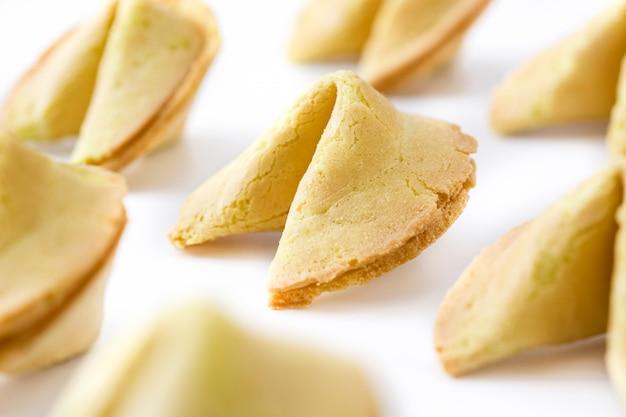 Biscoitos da sorte com papel para texto isolado no fundo branco