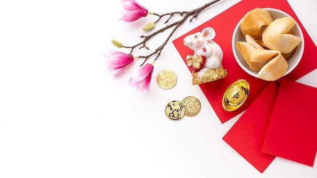 Biscoitos da sorte e estatueta de rato ano novo chinês