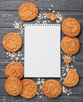 Biscoitos da vista superior e bloco de notas vazio
