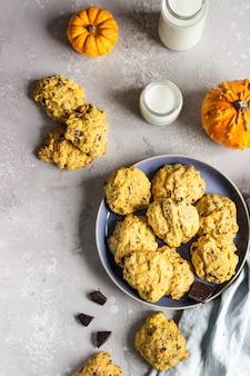 Biscoitos de abóbora recém-assados com aveia e pedaços de chocolate. lanche saudável no café da manhã.