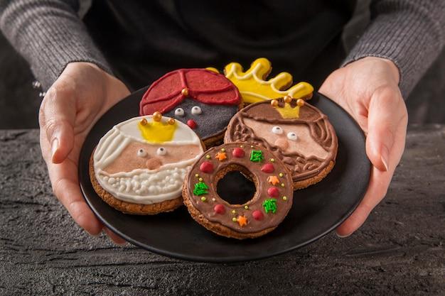 Biscoitos de alta vista com rostos sobremesa feliz epifania
