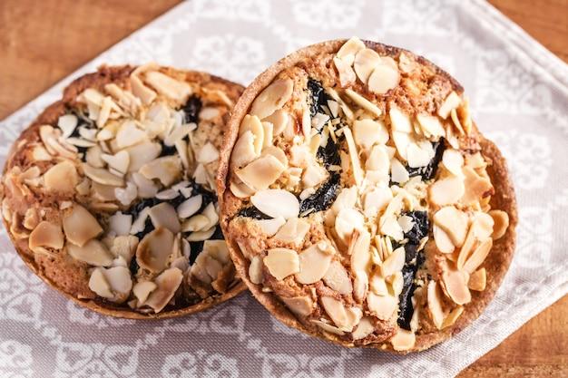 Biscoitos de amêndoa caseiros com ameixas secas em guardanapo, biscoitos saudáveis com ameixas secas e amêndoas.