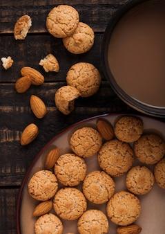 Biscoitos de amêndoa caseiros com cappuccino