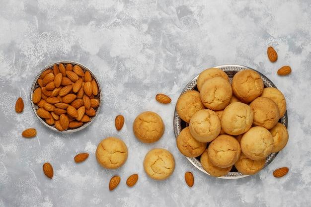 Biscoitos de amêndoa caseiros saudáveis no concreto, vista superior