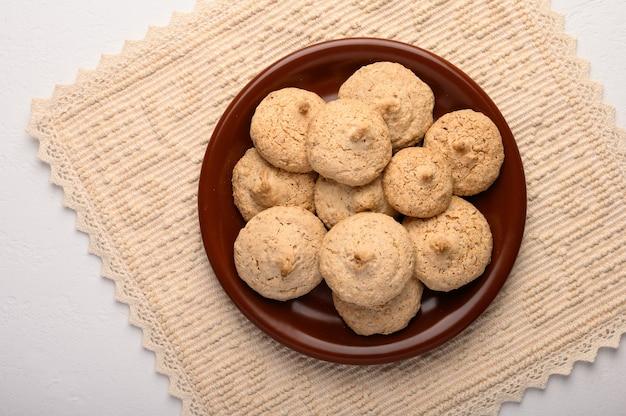 Biscoitos de amêndoa em um prato num guardanapo de linho.