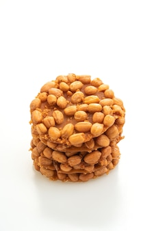 Biscoitos de amendoim fritos tailandeses isolados no branco
