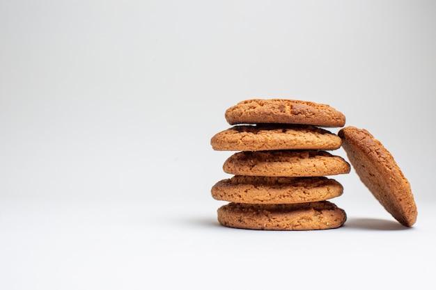 Biscoitos de areia doce em frente a foto de bolo de sobremesa de açúcar de biscoito branco