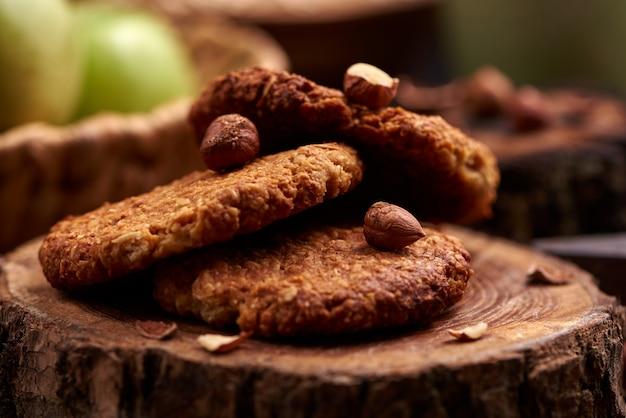 Biscoitos de aveia caseiros com avelãs na superfície de madeira