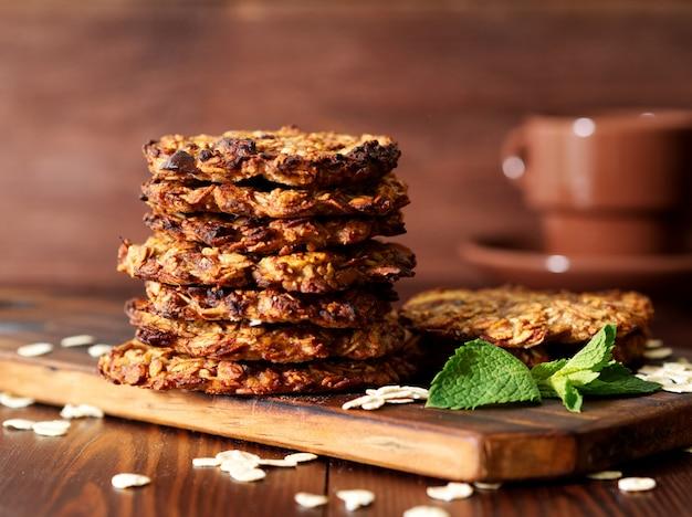 Biscoitos de aveia caseiros com banana, aveia, nozes, ovos e farinha livre