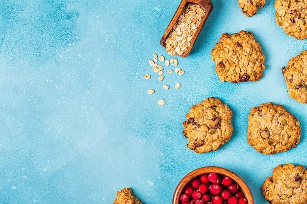 Biscoitos de aveia caseiros com cranberries e sementes de abóbora, vista superior.