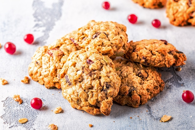 Biscoitos de aveia caseiros com cranberries, foco seletivo.