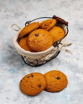 Biscoitos de aveia caseiros com lascas de chocolate no concreto