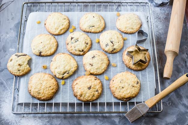 Biscoitos de aveia caseiros com pedaços de chocolate em uma mesa de cozinha cinza
