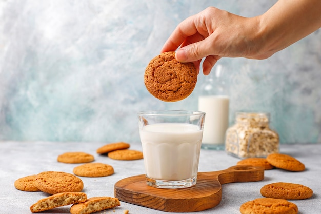 Biscoitos de aveia caseiros com um copo de leite.