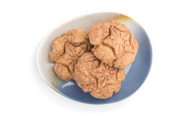 Biscoitos de aveia caseiros isolados no fundo branco. vista superior, cima