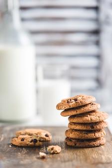 Biscoitos de aveia com chocolate e leite