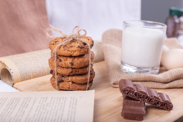 Biscoitos de aveia com gotas de chocolate em uma pilha enrolada com um fio rústico