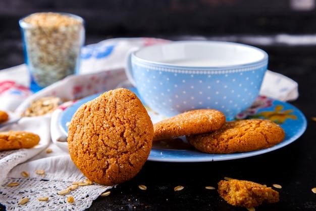 Biscoitos de aveia com leite. sobremesa, conceito de comida saudável